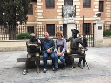 Sur le banc de pierre, devant la maison de Cervantes