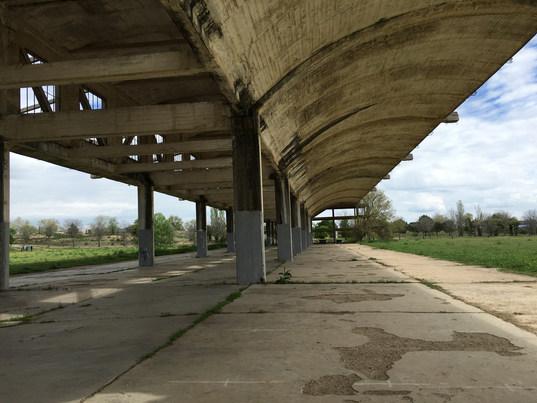 Le hangar soviétique inachevé de l'aérodrome militaire Barberán et Collar