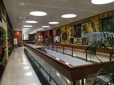Le hall du bâtiment administratif de la faculté des sciences de Rennes