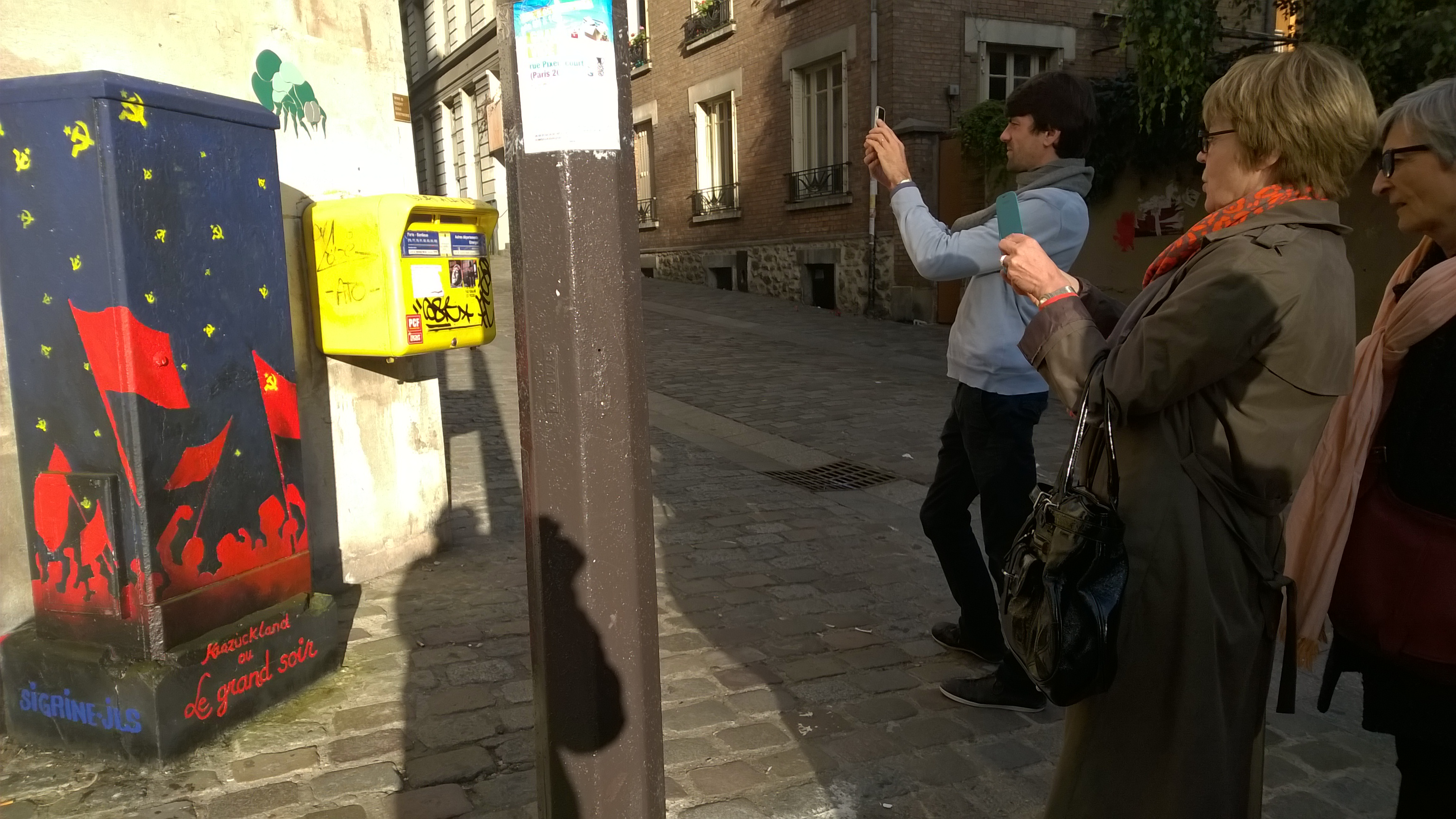 les parisiens prennent des photos