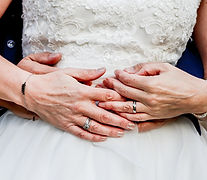 Photo de mains de mariés