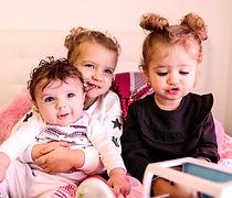 photo de trois soeur sur le lit de leurs parents