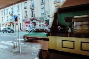 14:58 Café vide et rue agitée. 7/100