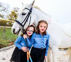 photo de soeurs avec cheval
