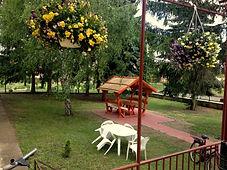 Idősek otthona parkosított udvar