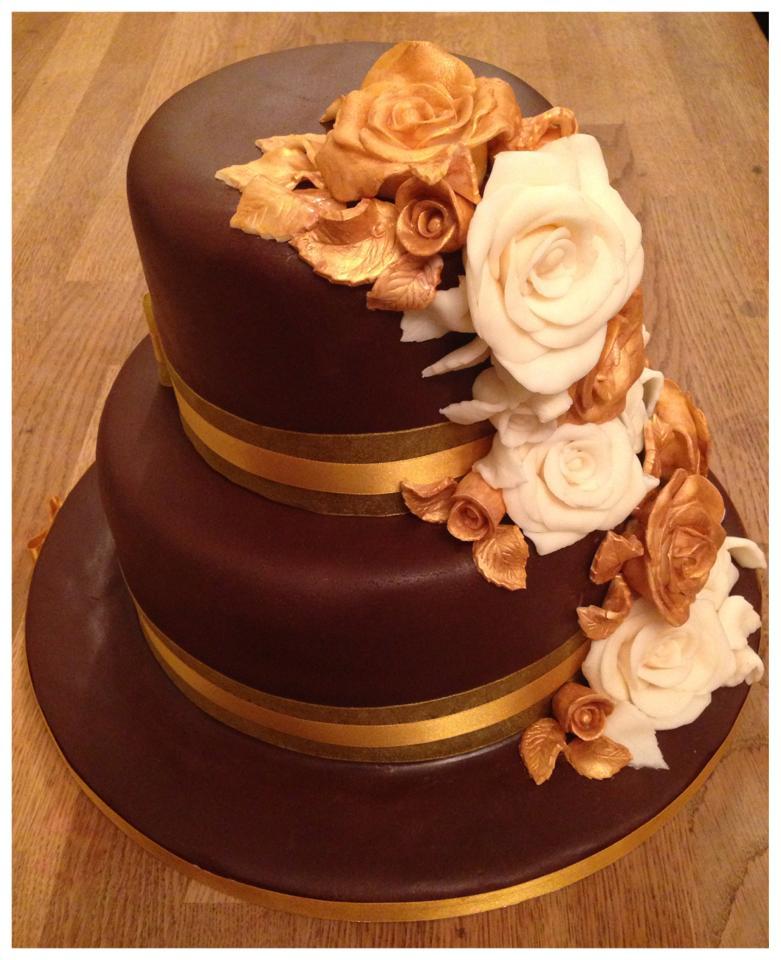 2 tier wedding cake with roses