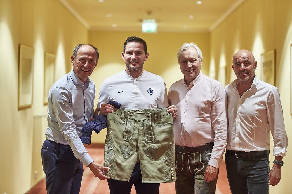 Leo Bauernberger (Geschäftsführer SalzburgerLand Tourismus), Frank Lampard (Trainer von FC Chelsea), Unternehmer Gerhard Gössl (Gössl Trachten) und Hannes Empl (Geschäftsführer von SLFC Soccer GmbH). Foto: Urs Golling