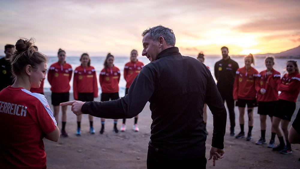 Teamchef Dominik Thalhammer und die ÖFB-Frauen auf Trainingslager in Marbella (Bild: ÖFB)