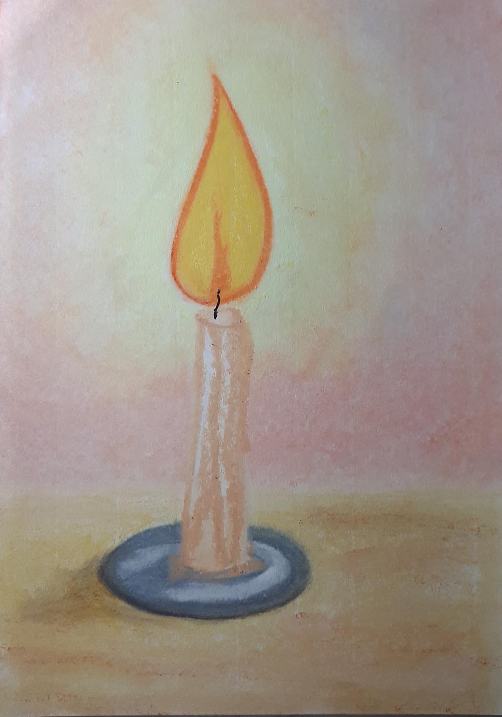 Desenho em pastel oleoso no tamanho de uma folha A4 de uma vela branca acesa posta em um pequeno pires cinza que está sobre uma superfície marrom clara, o fundo em tons claros de rosa se misturam com a luminosidade da vela.