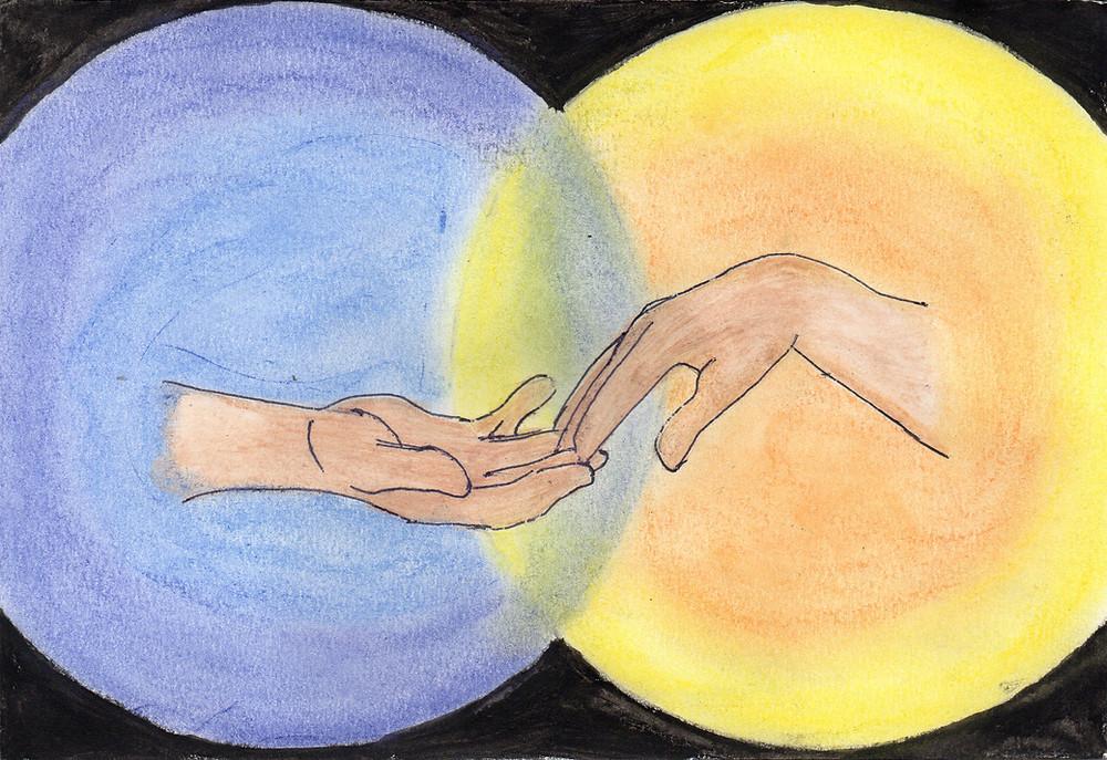 Imagem de duas mãos que vem de direções opostas, e que se tocam levemente dentro da junção de dois círculos que se fundem: um amarelo e outro azul, representando dois mundos (desenho com lápis de cor aquarelável e giz pastel seco).