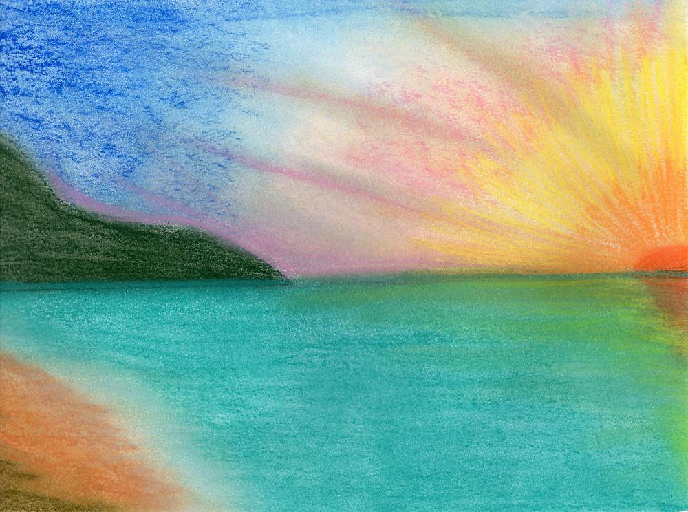 Imagem de um por do sol. ao fundo uma montanha verde escuro, lado esquerdo, e no direito, na linha do horizonte, o sol. A imagem é vista de uma praia, onde vemos uma pequena parte da areia. (Desenho em giz pastel seco)