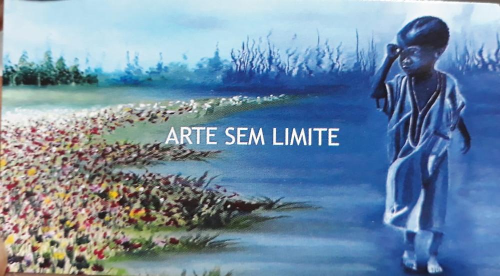 """Imagem do cartão de visita do Kazê Fraga escrito """"arte sem limite"""". Ao fundo imagem de uma pintura do artista de um menino vestindo uma bata, a direita, em tons de azul e a esquerda flores, com diferentes tonalidades de rosa e vermelho."""