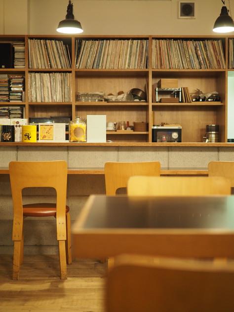 ヴィンテージのartekのあるカフェで考える