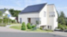 Strassenseite Einfamilienhaus Satteldach Photovoltaik