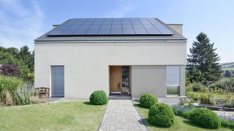 Eingangseite Einfamilienhaus Satteldach Photovoltaik