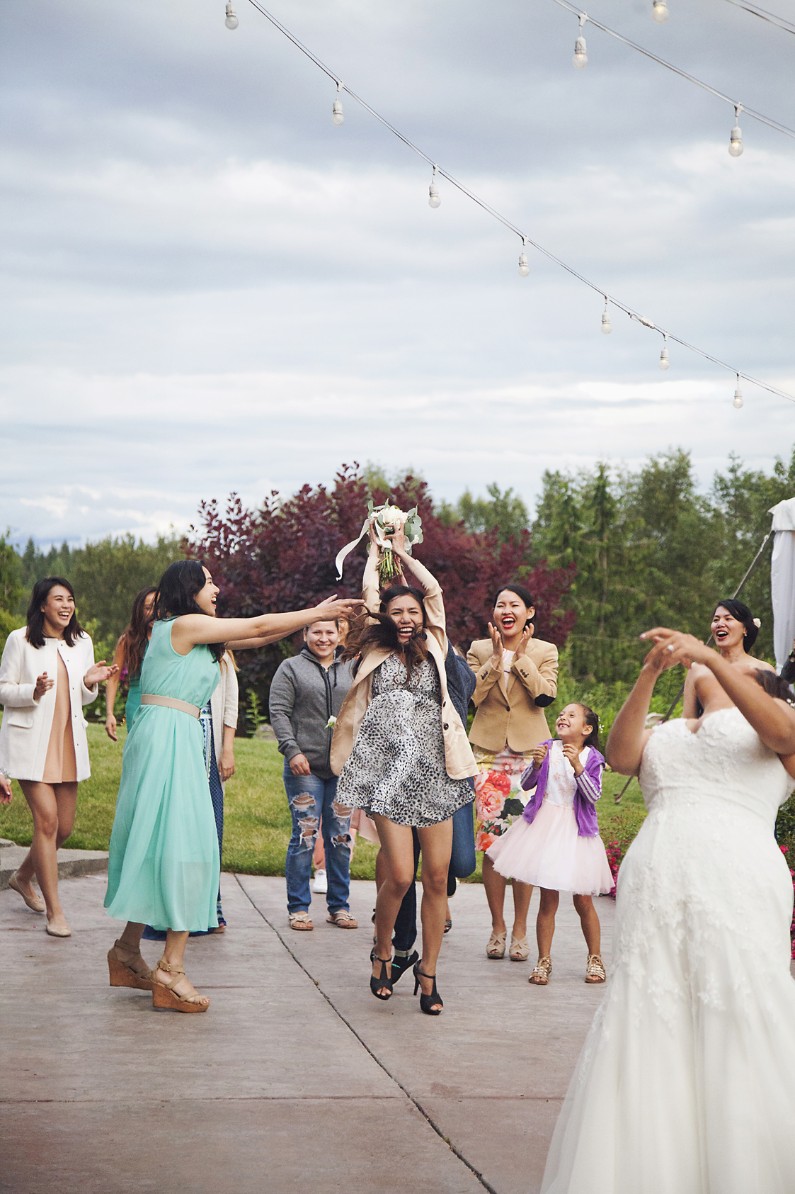 bouquet toss catch photo