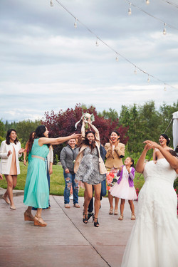 bouquet toss catch photo