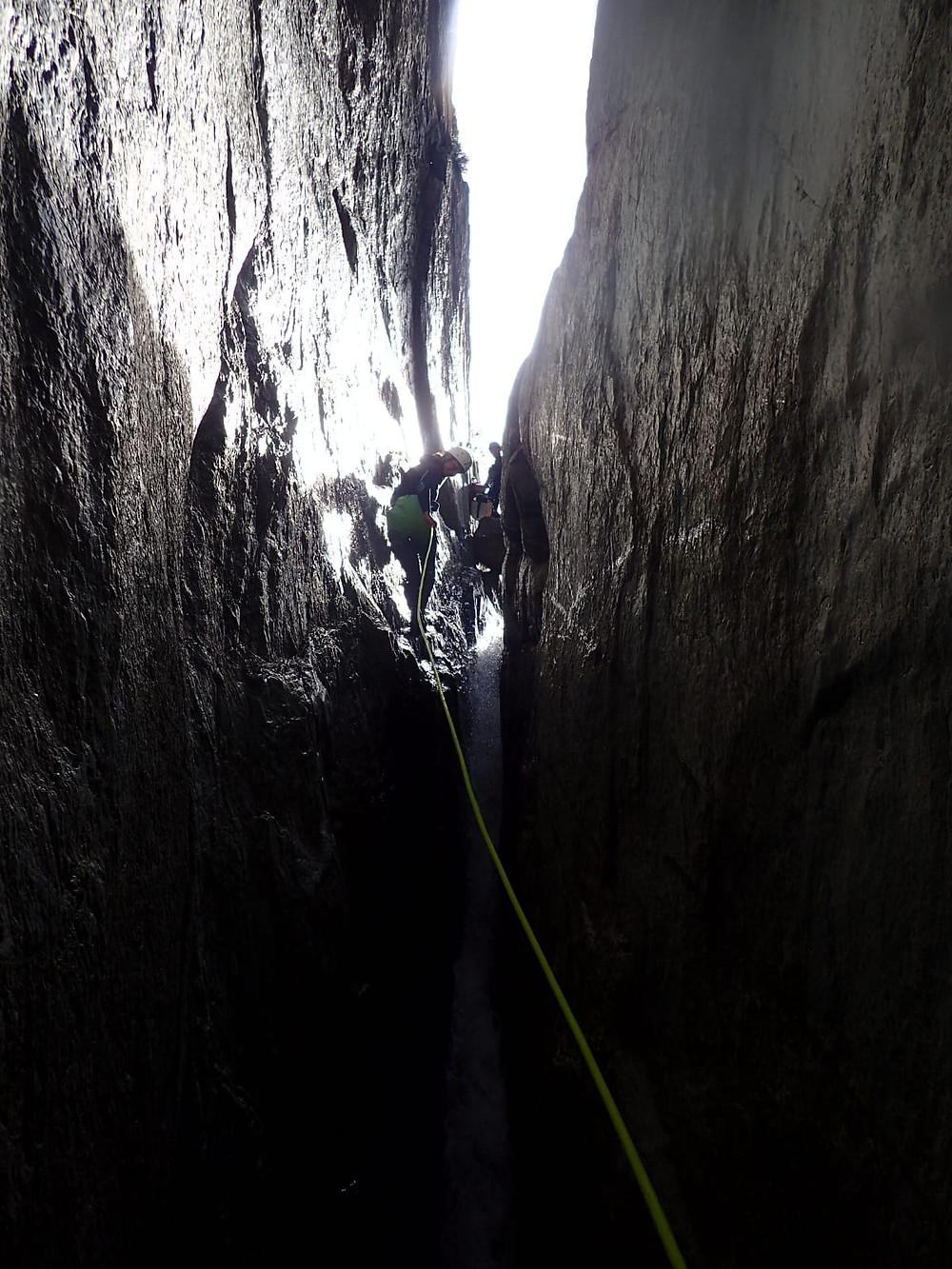 L'impressionnante descente en rappel dans la diaclase, obstacle phare du canyon du Mas Cal Sant