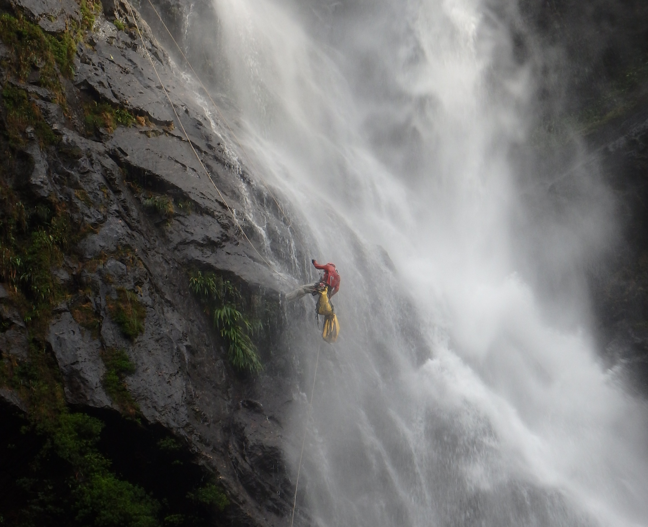 We are opening the new canyoning route of Esmeralda, with its beautiful 160m high waterfall (Colombia)