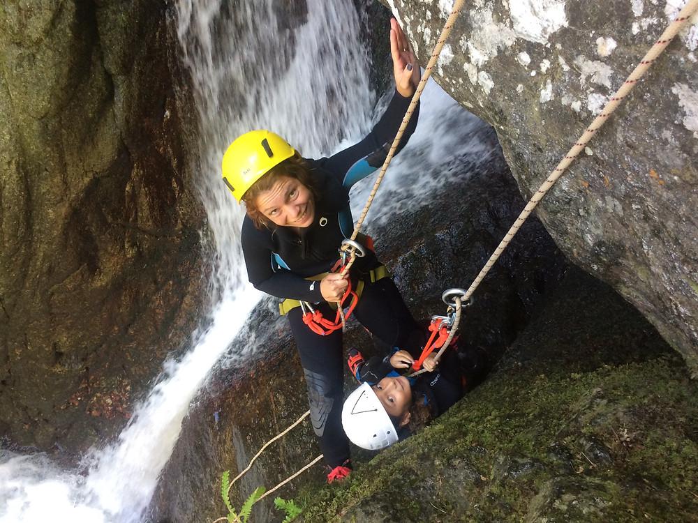 Descente en rappel en canyoning avec maman - activité canyoning dès 6 ans dans les Pyrénées Orientales