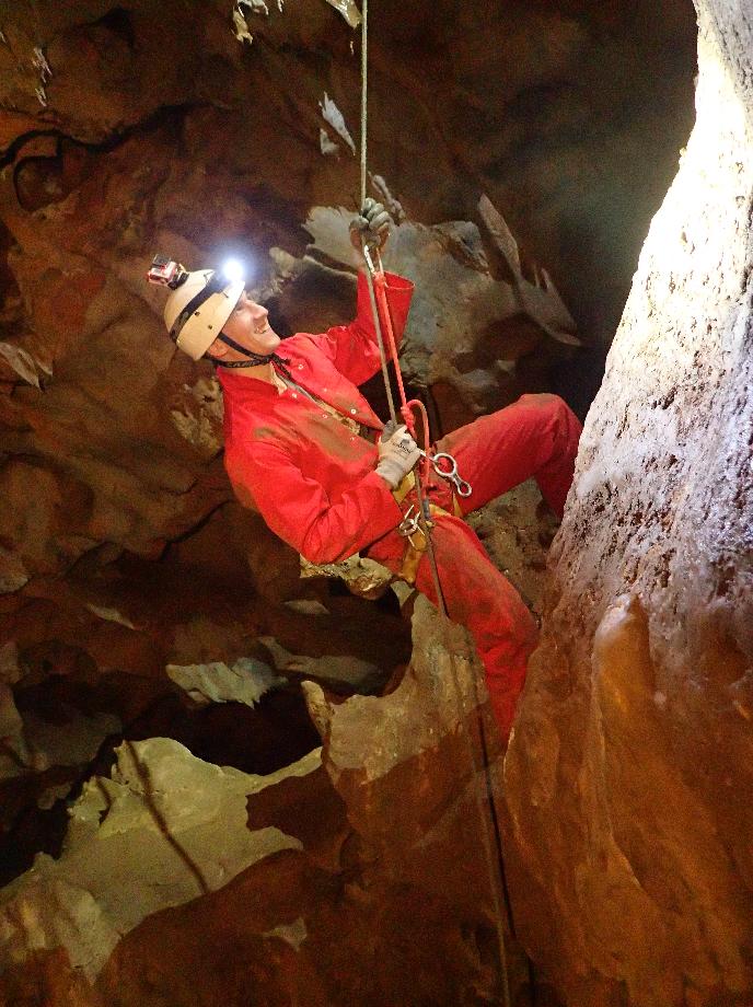 Remontée sur corde à la Jumar dans une grotte des Pyrénées Orientales