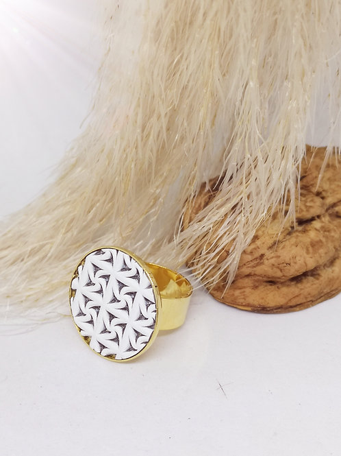 Ring in wit rundsleder met uitgesneden motief M669