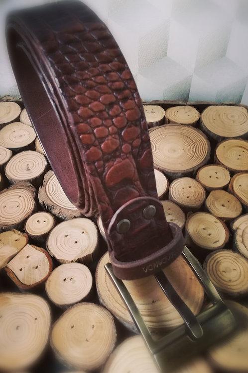 Bruine herenriem in rundsleder met crocoprint. X01