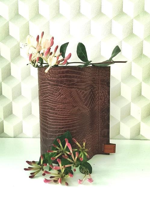 Decoratieve vaas in donkerbruin tuigleder met crocoprint C3