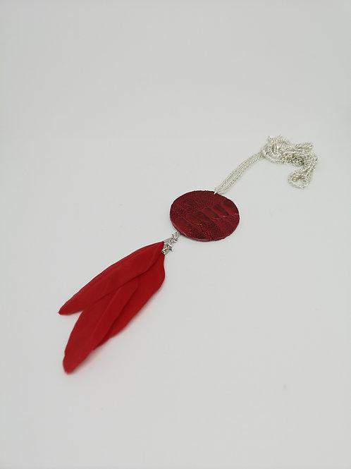 Halsketting in rode struisvogelpoot met veer. N550.