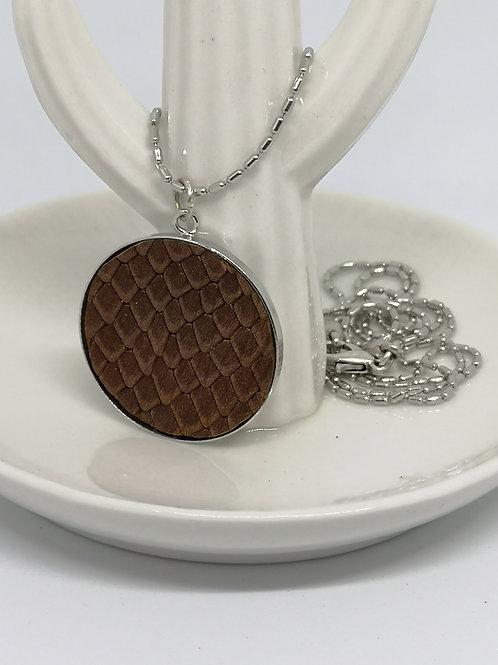 Halsketting in rundsleder, met bruine slangenprint. N704.