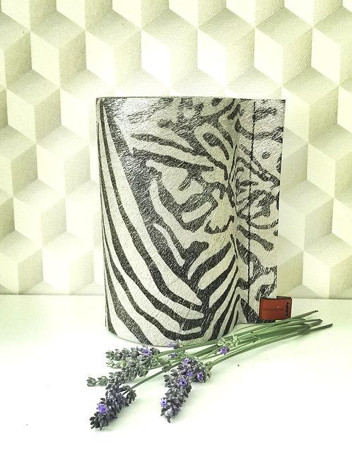 Decoratieve vaas bekleed met koeienhuid in zilvere zebraprint. C4.