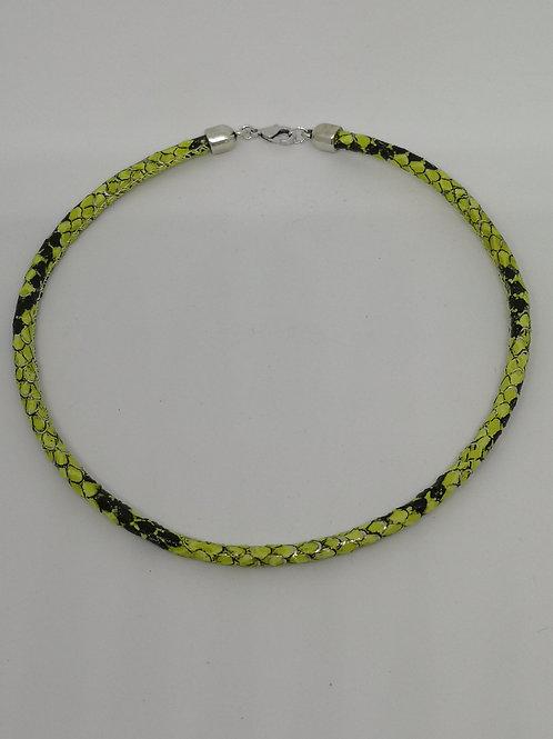 Halsketting in rundsleder, met fluo slangenprint. N21.