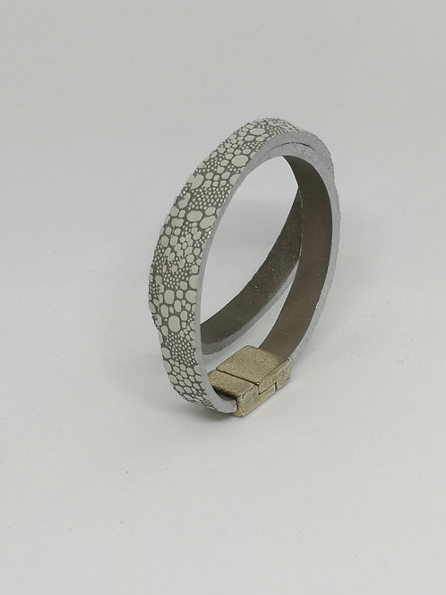 Armband in rundsleder, met rogprint. P200.