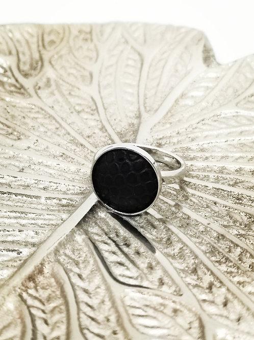 Ring ingelegd met zwart rundsleder met slangenprint . N33