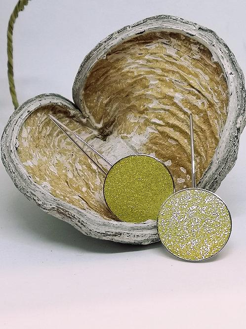 Oorbellen ingelegd in geel rundsleder met glitter. N57