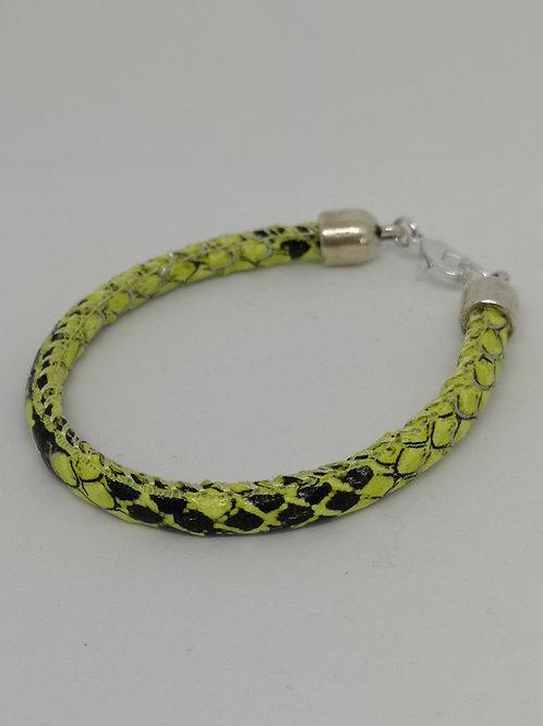 Armband in rundsleder, met fluo slangenprint. N20.