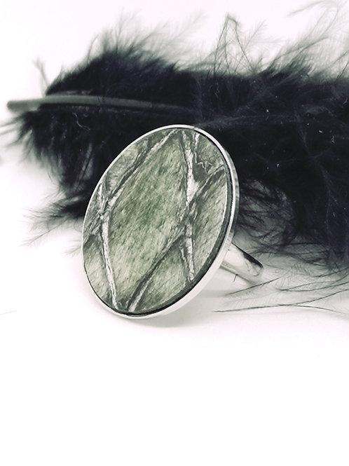 Ring ingelegd met groen rundsleder met crocoprint. N702