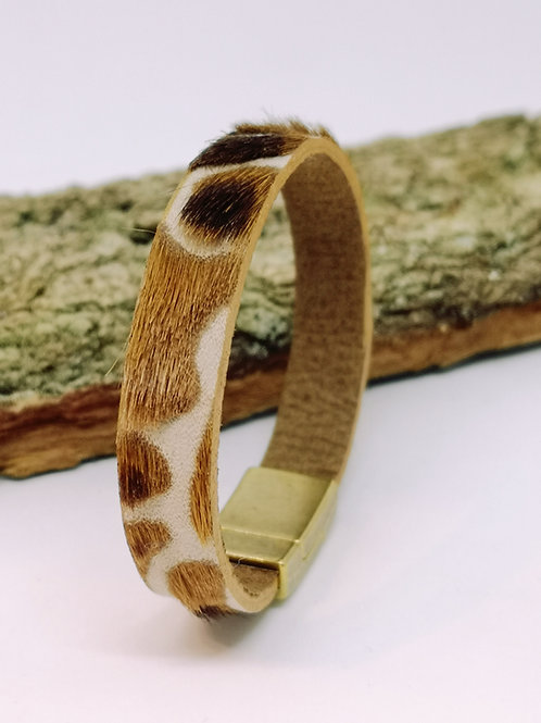 Armband in geschoren koeienhuid. O425