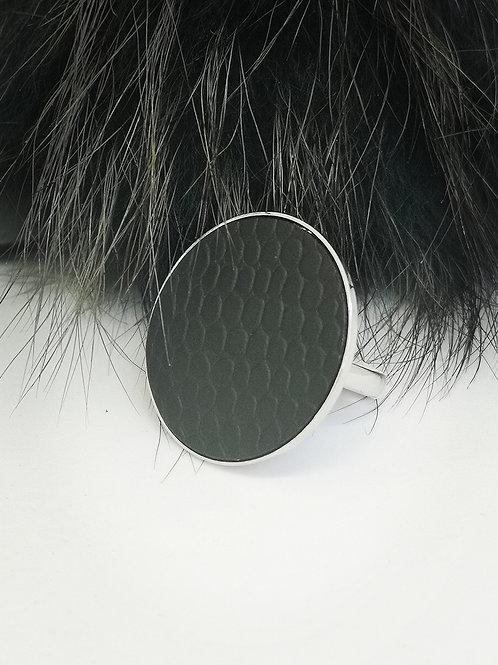 Ring in zwart rundsleder. N137.