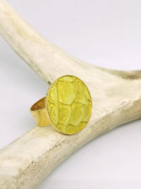Ring ingelegd met geel rundsleder met slangenprint M25