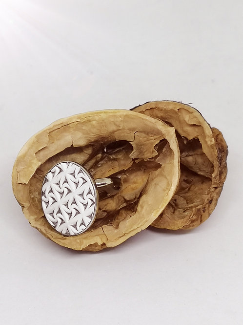 Ring ingelegd met wit rundsleder met uitgesneden motief N25