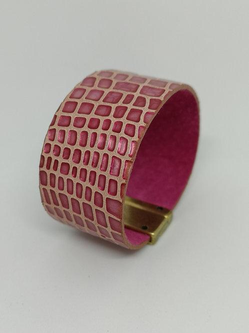 Armband in rundsleder, fuchsia crocoprint. O106