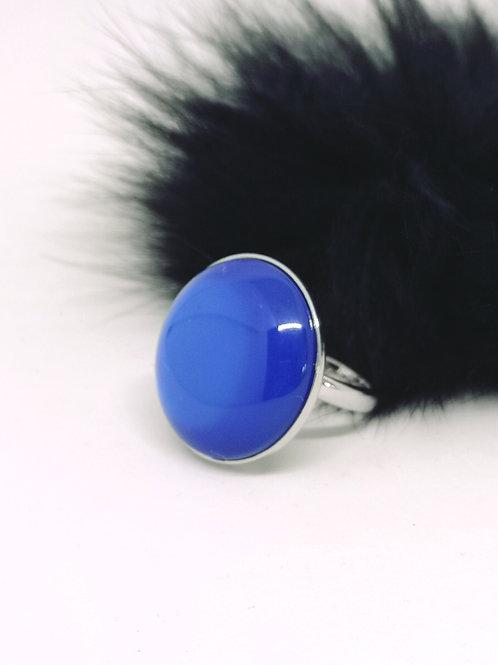 Ring in elektrisch blauw hars. N142.