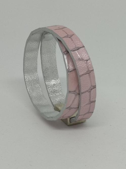 Armband in rundsleder, met roze crocoprint. P4.