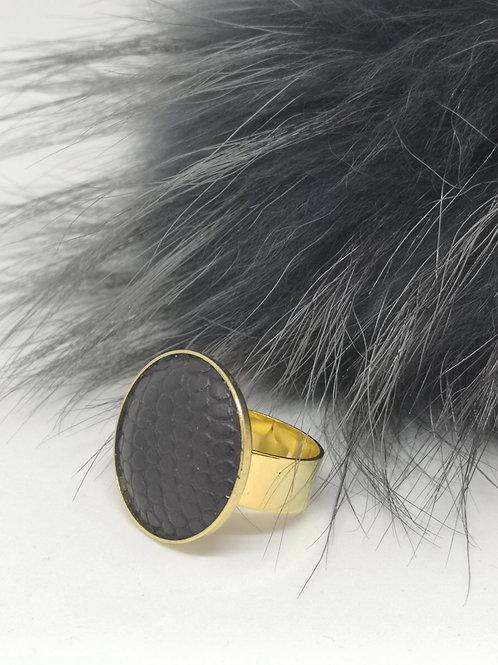 Ring ingelegd in zwart rundsleder met slangenprint. M317