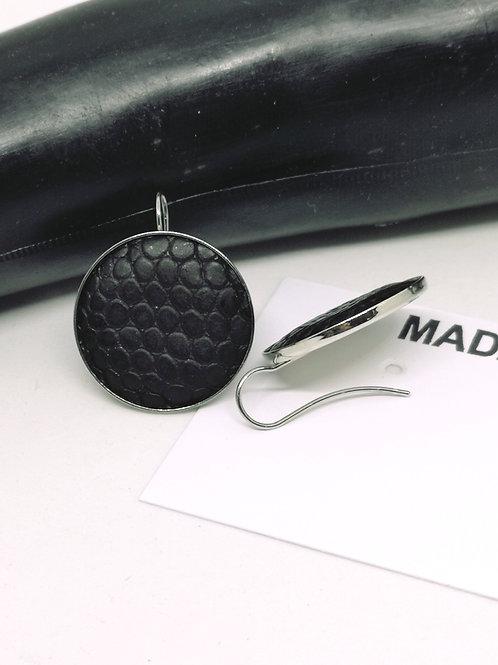 Oorbellen in zwart rundsleder met slangenprint N16