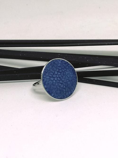 Ring in rundsleder, met blauwe roggenprint. N135.
