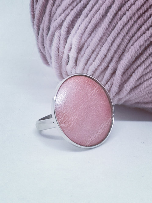 Ring roze parelmoer rundsleder. N31