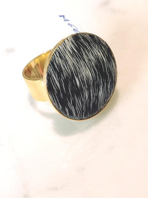 Ring ingelegd met koeienhuid. M661.