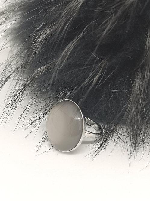 Ring in midden grijs hars. N147.